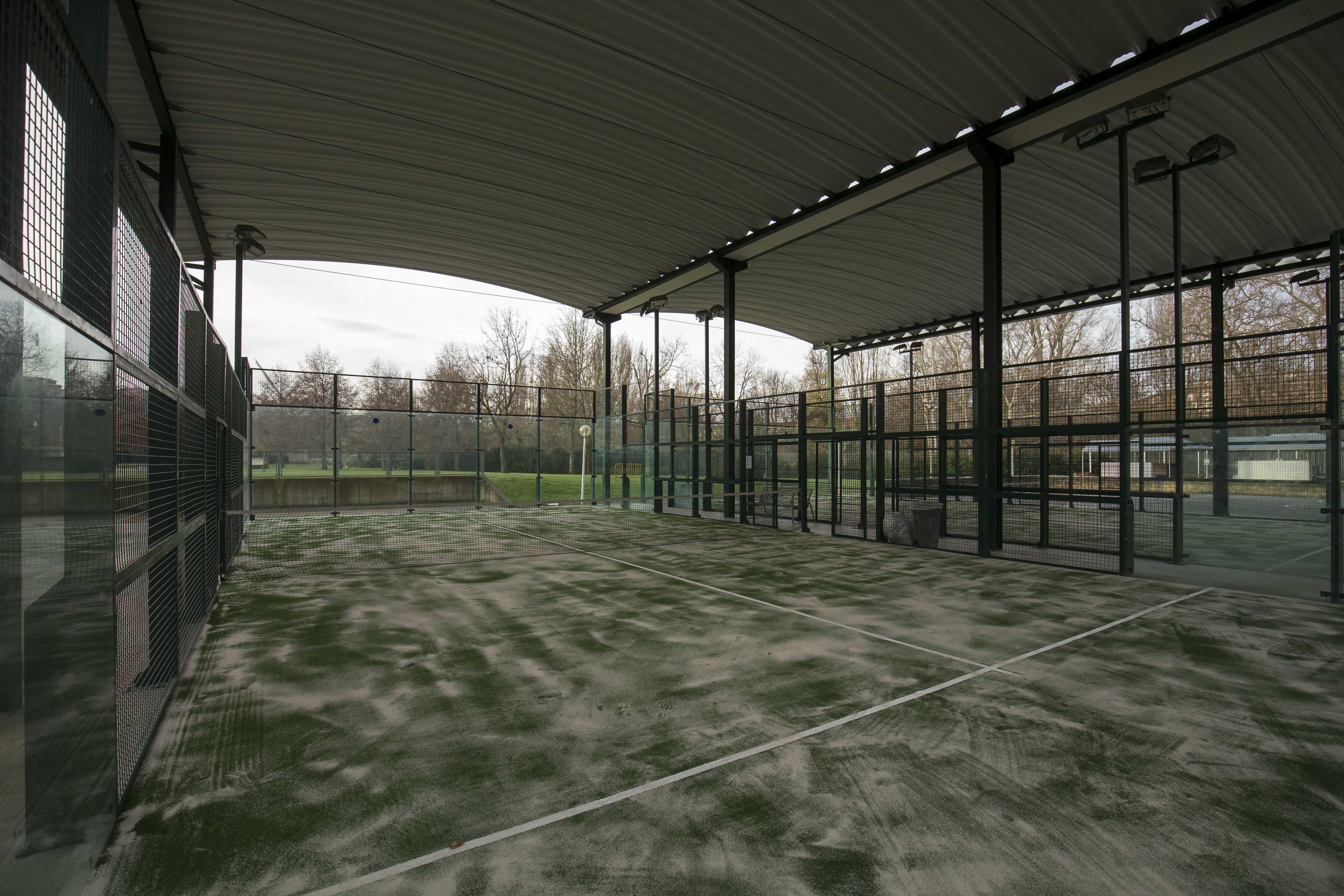 Las pistas de pádel del Complejo Deportivo Aranzadi estrenan césped artificial de última generación
